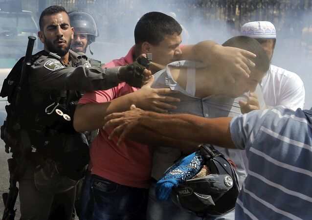 Izraelští vojáci zadržují účastníka protestních akci v muslimské čtvrti Jeruzalému