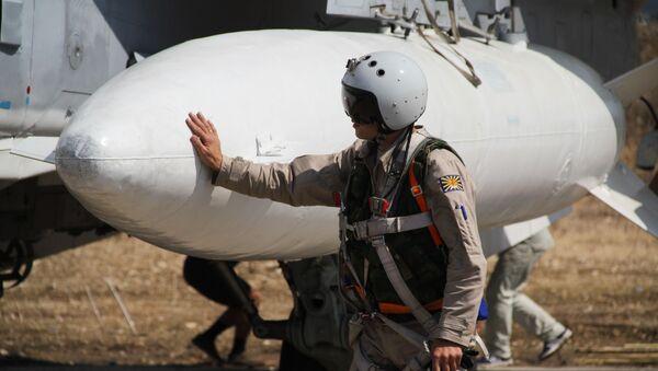 Ruský letec před startem na základně Hmeimim v Sýrii - Sputnik Česká republika