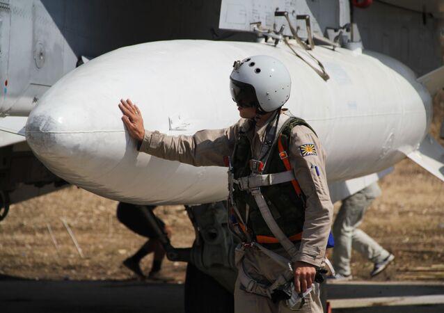 Ruský letec před startem na základně Hmeimim v Sýrii