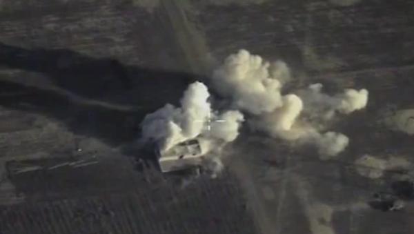 Su-34, Su-24M a Su-25SM útočí na objekty IS v Sýrii. VIDEO - Sputnik Česká republika