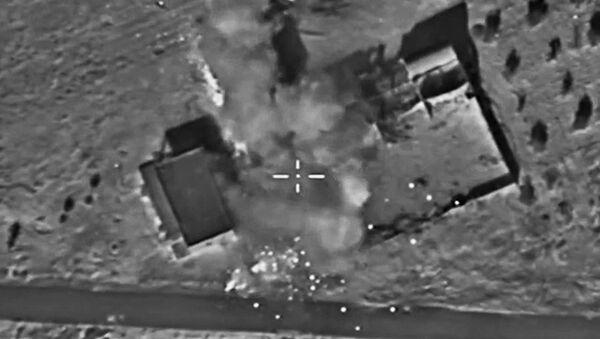 Značná část zásob zbraní, munice a paliva teroristů IS na linii dotyku se syrskou armádou byla zlikvidována v důsledku bodových úderů ruského letectva - Sputnik Česká republika