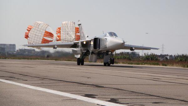 Su-24 přistává v Latákiji - Sputnik Česká republika