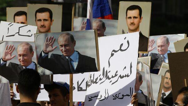 Obrazy Vladimira Putina a Bašára Asada před velvyslanectvím RF v Sýrii - Sputnik Česká republika