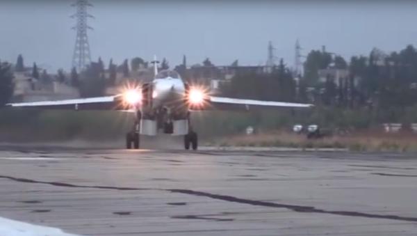 Vzlety a přistání stíhaček Su-24M na základně Chmejmim - Sputnik Česká republika