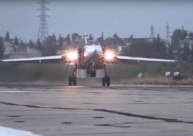 Vzlety a přistání stíhaček Su-24M na základně Chmejmim
