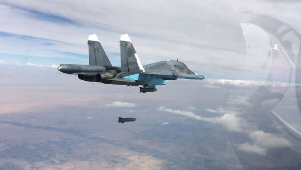 Stíhací bombardér Su-34 při leteckých útocích v provincích Rakka a Aleppo v Sýrii. - Sputnik Česká republika