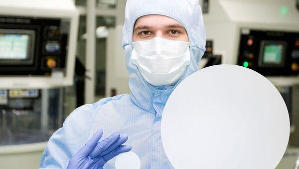 Desetipalcové safírové sklo ve srovnání s dvoupalcovým v rukách pracovníka Monokrystalu - Sputnik Česká republika