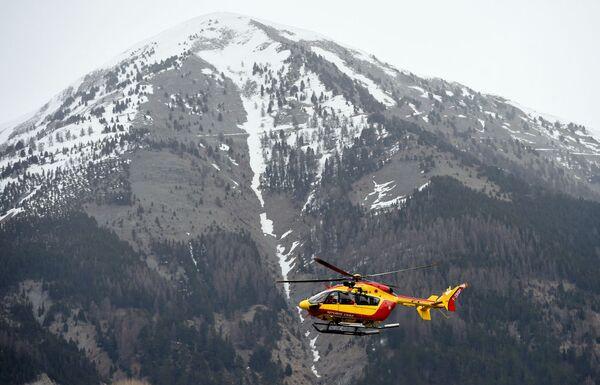 Záchranná helikoptéra blízko místa havárie Airbusu A320 - Sputnik Česká republika