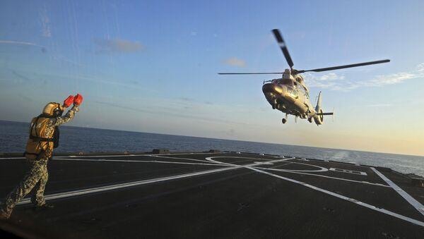 Přistání čínského vrtulníku Dolphin Z-9 na fregatě v Jihočínském moři - Sputnik Česká republika