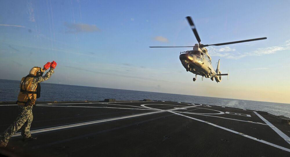 Přistání čínského vrtulníku Dolphin Z-9 na fregatě v Jihočínském moři