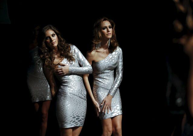 Transsexuál Angela Ponce (vpravo) usiluje o titul Miss World za Španělsko.