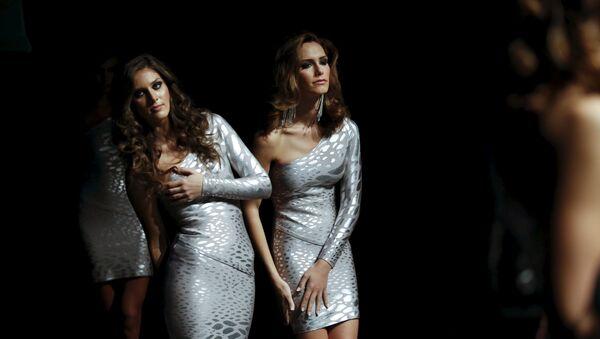 Transsexuál Angela Ponce (vpravo) usiluje o titul Miss World za Španělsko. - Sputnik Česká republika