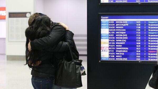 Lidé na letišti Pulkovo, kam musel přiletět Airbus-321 - Sputnik Česká republika