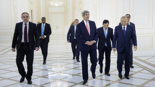 John Kerry se v rámci svého oficiálního turné po Střední Asii setkal v neděli v Samarkandu s uzbeckým prezidentem Islamem Karimovem - Sputnik Česká republika