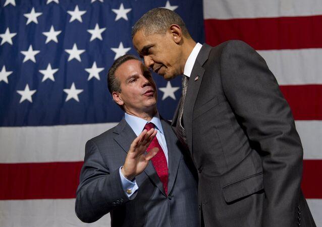 Americký politik David Cicilline mluví s prezidentem Barackem Obamou