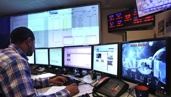 Počítačový specialista v technickém centru NATO - Sputnik Česká republika