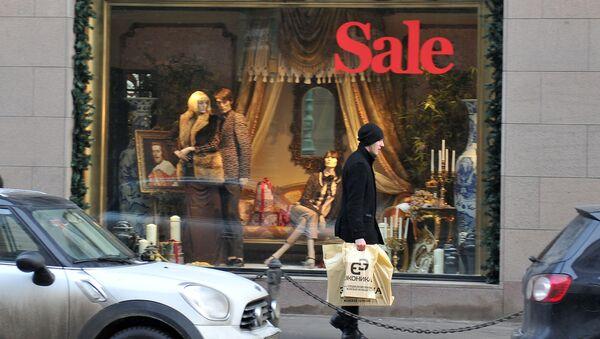 """CUM (""""Centrální obchodní dům""""), známý obchodní dům na rohu Divadelního náměstí a ulice Petrovka, během zimní výprodeje - Sputnik Česká republika"""
