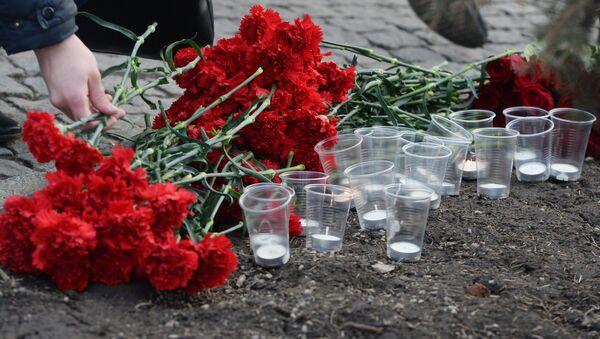 Květiny a svíce vedle budovy německého velvyslanectví v Moskvě - Sputnik Česká republika