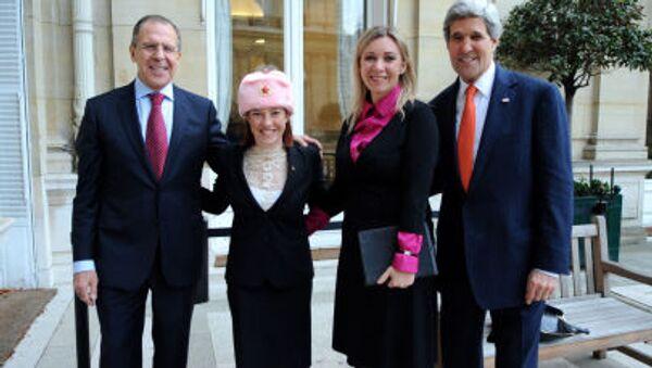 Sergej Lavrov, Jennifer Psakiová v ušance, Marie Zacharovová a John Kerry v Paříži - Sputnik Česká republika