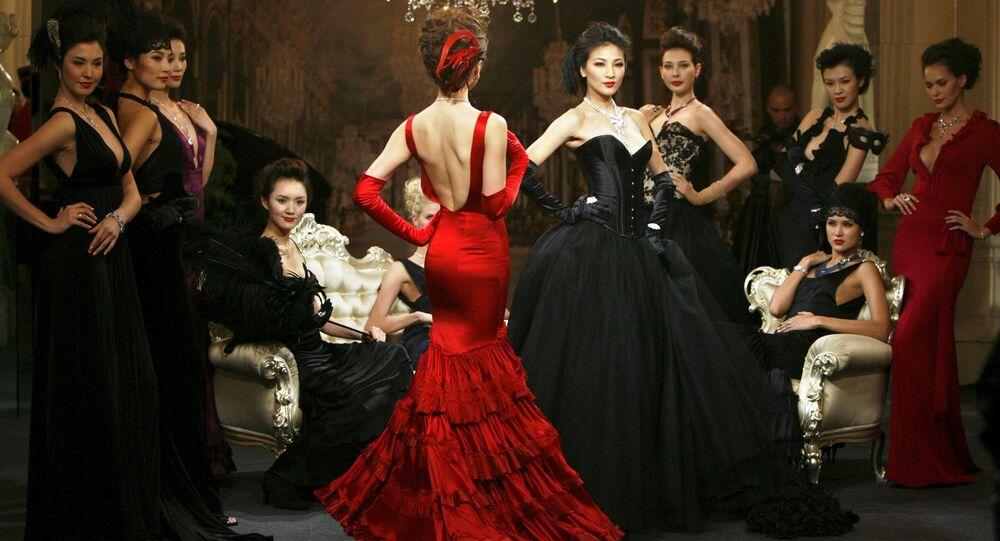 Modelky ukazují šperky na přehlídce v Šanghaji