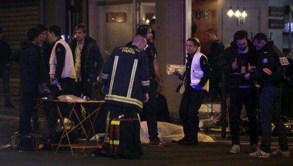 Rescue workers and medics work by victims in a Paris restaurant, Friday, Nov. 13, 2015. - Sputnik Česká republika