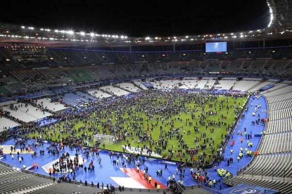 Teroristické činy v Paříži: stovky obětí, chaos v ulicích a výjimečný stav - Sputnik Česká republika