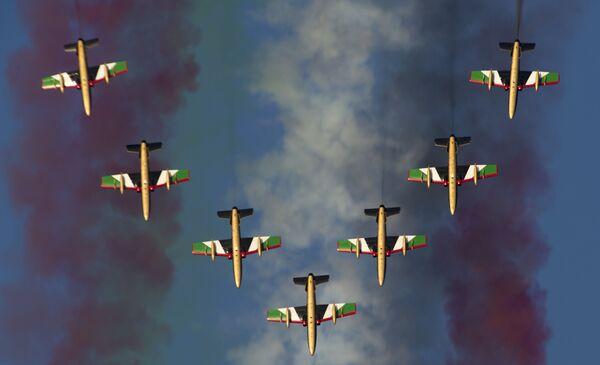 Letecká akrobatická skupina Al Fursan ze Spojených arabských emirátů během Dubai Airshow-2015 - Sputnik Česká republika