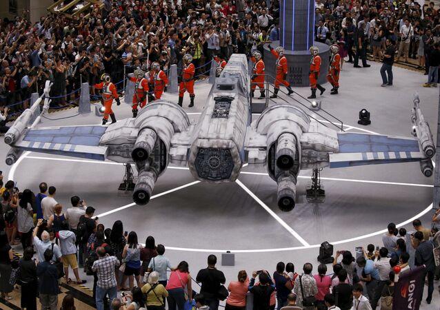 Model hvězdoletu X-Wing Fighter ze Star Wars na letišti v Singapuru