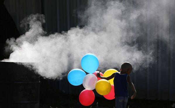 Filipínský chlapec si hraje s nafukovacími balóny - Sputnik Česká republika
