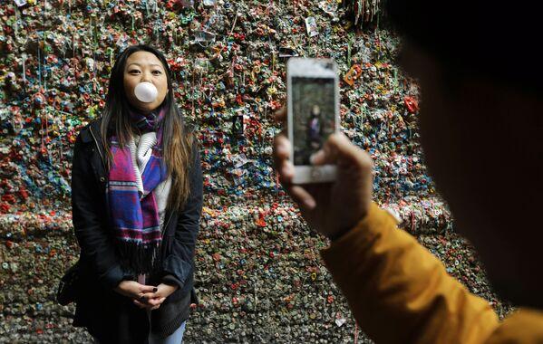 Fotografie vedle žvýkačkové zdi v Seattlu. Město nedávno 'slavnou' stěnu odstranilo. - Sputnik Česká republika