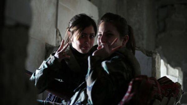 Sniperky ze syrského ženského praporu v úkrytu - Sputnik Česká republika