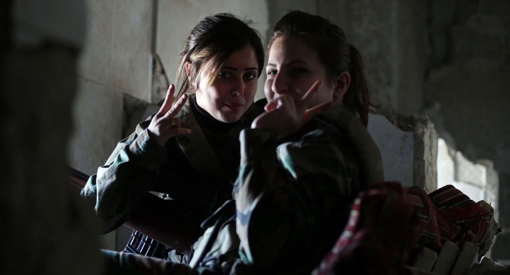 Sniperky ze syrského ženského praporu v úkrytu
