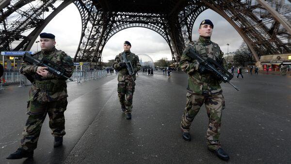 Francouzští vojáci u Eiffelovy věže. Ilustrační foto - Sputnik Česká republika