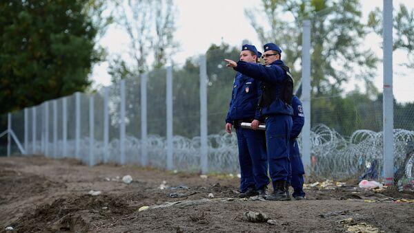 Policisté na maďarské hranici - Sputnik Česká republika