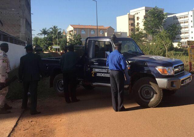 Vojáci v blízkosti hotelu Radisson Blu. Bamako, Mali