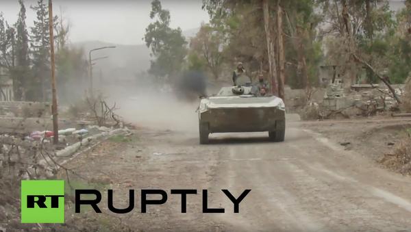 Obrněné vozidlo syrské armády vjelo do předměstí Damašku - Sputnik Česká republika
