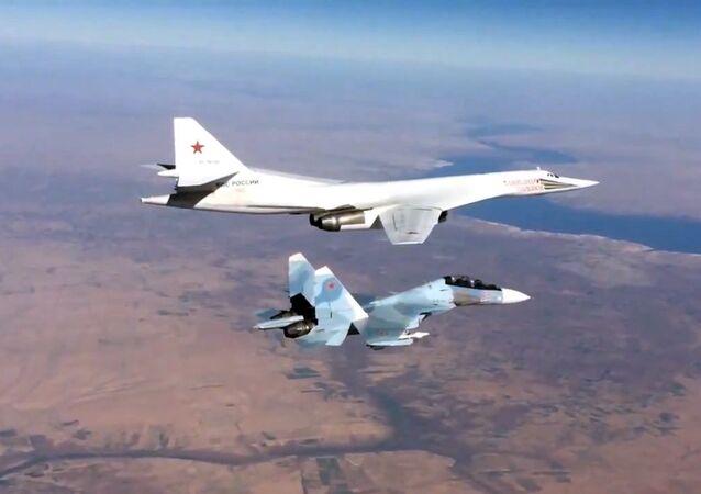 Ruská stíhačka Su-30SM a bombardér Tu-160