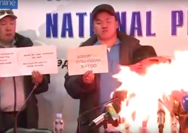 Smrt jako protest: sebeupálení na tiskové konferenci