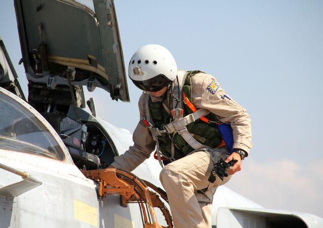 Ruský pilot Su-24 na základně Hmeimim v Sýrii