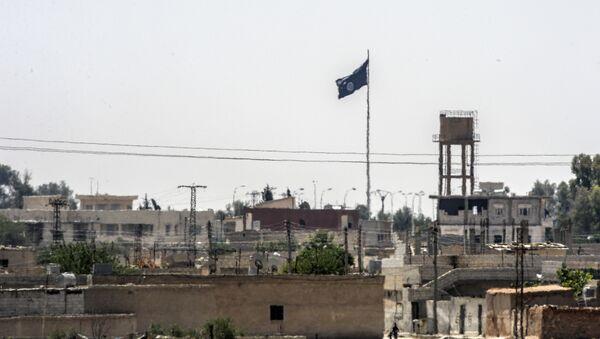 Vlajka IS v Sýrii nedaleko hranice s Tureckem - Sputnik Česká republika