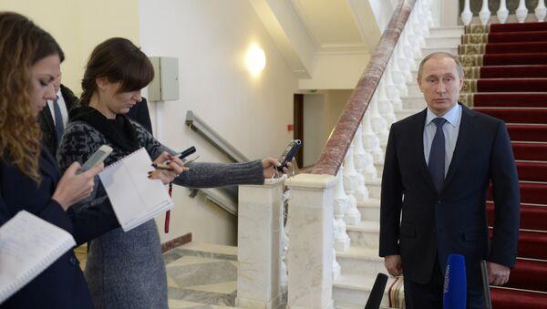 Vladimir Putin odpovídá na otázky novinářů - Sputnik Česká republika