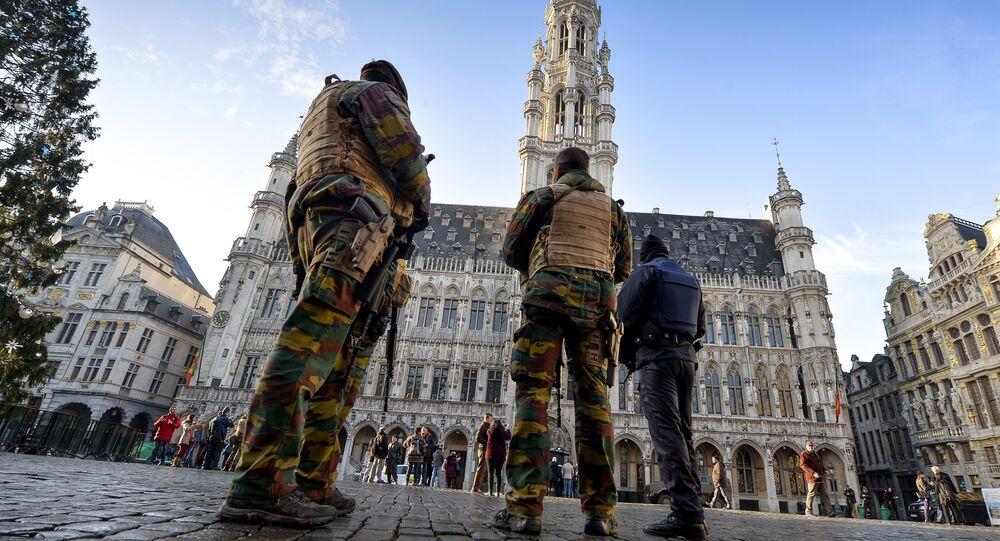 Vojáci a policejní hlídka na bruselském náměstí