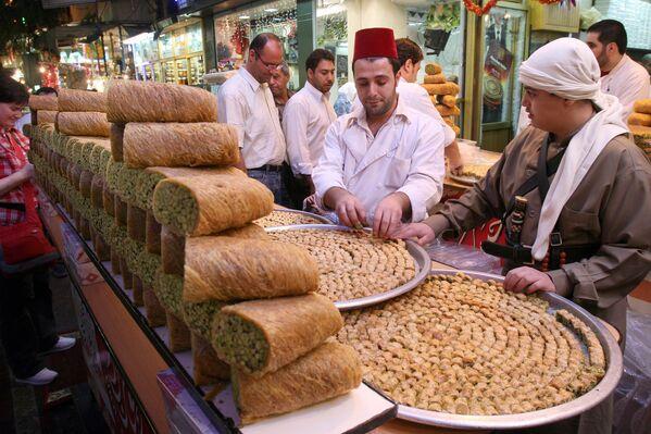 Syrské cukrovinky na jednom z trhů v Damašku. - Sputnik Česká republika