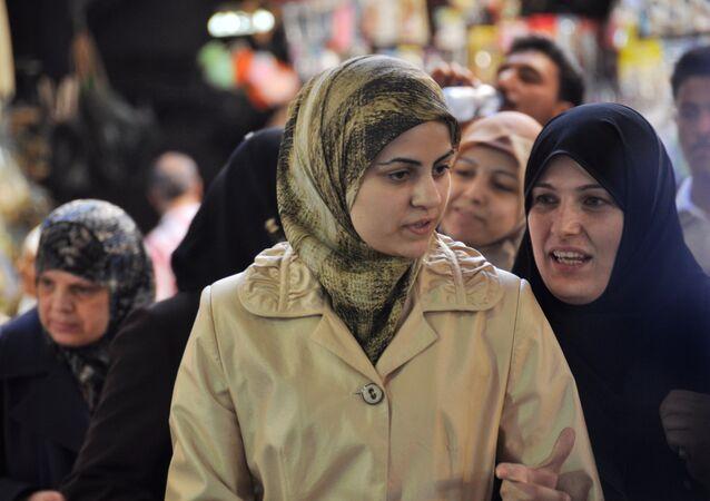 Místní obyvatelé při nakupování.