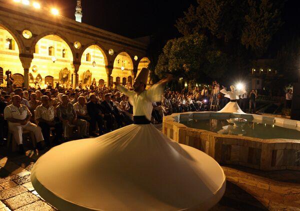 Tanec dervišů předvedený ansámblem z Aleppo během festivalu Nights of Spiritual Music (Nocí duchovní hudby). - Sputnik Česká republika