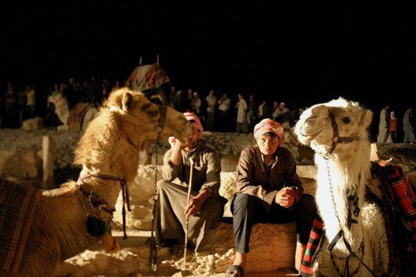 Syrští beduíni hlídají velbloudy. - Sputnik Česká republika