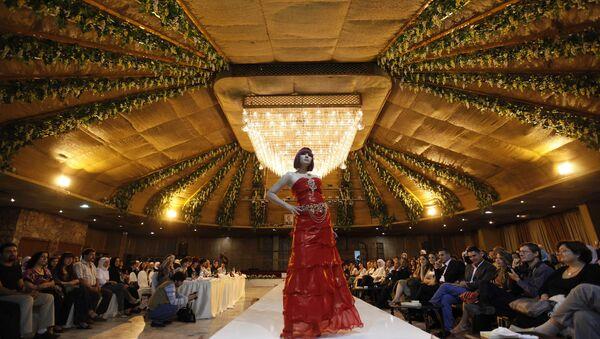 Syrská modelka během přehlídky syrských designérů v Damašku v roce 2009 - Sputnik Česká republika