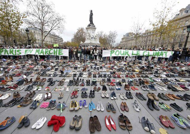 Účastníci zrušené akce zanechali na pařížském náměstí tuny obuvi