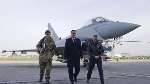 Britský premiér David Cameron na letecké základně - Sputnik Česká republika