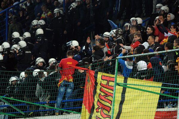 Nepokojům na stadiónu v Podgorici předcházely výtržnosti černohorských fanoušků před utkáním. Agresivní fanoušci zaházeli petardami a světicemi veřejnou dopravu u stadiónů Gradski krátce před zahájením utkání. - Sputnik Česká republika